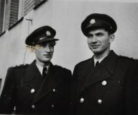 Poručík Antonín Zelenka se spolužákem Jaroslavem Vobořilem / Hradec Králové / 1948