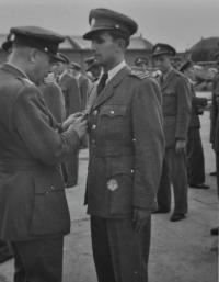 Kamarád Antonína Zelenky poručík Josef Zeman při slavnostním vyřazení z letecké akademie / Hradec Králové / 1948