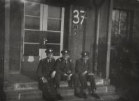 Před učebnou letecké akademie / zleva Antonín Zelenka / Václav Vondrovic / Zdeněk Zikmund / Hradec Králové / 1946 - 1948