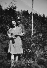 Antonín Zelenka s přítelkyní Blaženou Zápotočnou / Hradec Králové / 1947