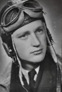 Absolvent Vojenské letecké akademie Hradec Králové poručík Zdeněk Zikmund / 1948