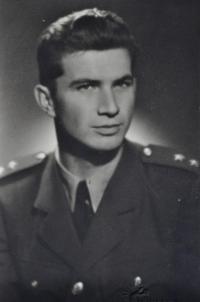 Absolvent Vojenské letecké akademie Hradec Králové poručík Jaroslav Vobořil / 1948