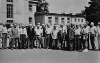 Setkání absolventů Vojenské letecké akademie Hradec Králové / Antonín Zelenka 6. zprava / asi 1995