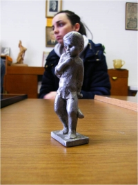 Soška zobrazující sestru pana Pitína