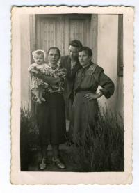 On the yard of Gryshchak's family house. From left to right: woman with child – runaways from Poles in years of Ukrainian-Polish struggle, Nadiya-Anastasiya Gryshchak-Liskevych and her mother – Kateryna Gryshchak
