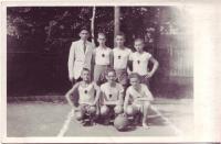 Skautský basketbalový tým 1946 (Vl. Červenka v dolní řadě uprostřed)