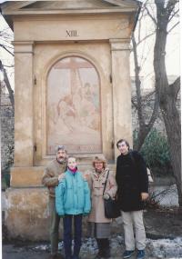 Křížová cesta na Petříně (Andrej s dcerou Alexandrou, bratrem Alexandrem a švagrovou Šárkou)