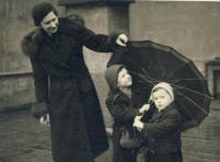 S matkou a bratrem za války