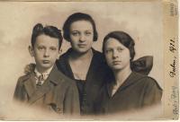 Matka Jiřina s tetičkou Růženou Vackovou a strýcem Vladimírem Vackem