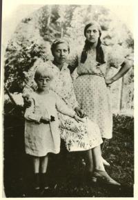 Mother, Mariya Kostynyuk (1903 y.b.) together with daughters Teklya and Petronelya. Kytu, 1929.