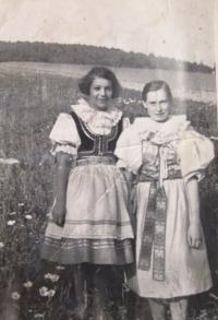 Hanka Hiemerová with Marie Bednaříková in a traditianal folk costume from the region of Hanácko