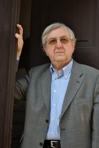 Pavel Bratinka před sídlem své firmy v Praze 6
