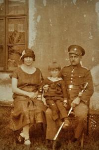 Karel Brhel s rodiči Františkem a Anežkou / rozenou Křendkovou / Bruntál / 1925