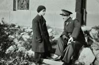 Karel Brhel v kasárnách v Opavě, ve kterých sloužil otec / osoba v uniformě neznámá / asi 1930