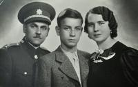 Karel Brhel s rodiči Františkem a Anežkou / rozenou Křendkovou / Opava / asi 1938