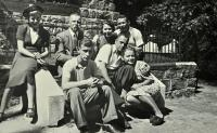 Karel Brhel / sedící uprostřed v popředí / s rodiči a příbuznými / asi v Opavě / okolo roku 1940