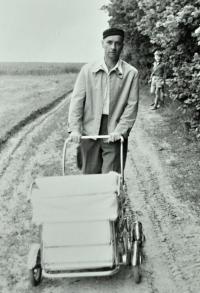 Karel Brhel veze v kočárku dceru Dagmar / jaro 1960