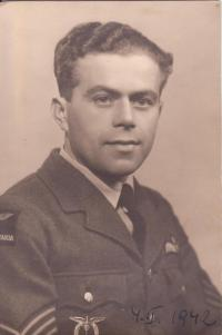 František Dostál, který zahynul v letoun Welington X, HE496. Při cvičném letu se zřítil po výbuchu do moře 9 mil západně od Sillothu v Solwayské zátoce v dubnu 1943