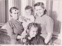 Maminka Josefa se sestrou Drahoslavou a její dcerou