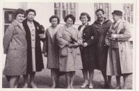 Při návštěvě Svatobořic po válce, Libuše Hiemerová třetí zleva, její sestra Drahomíra třetí zprava