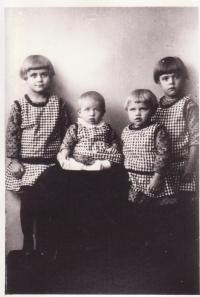 Zleva Drahoslava, Boženka, Libuše Dostálovi a sestřenice Marie