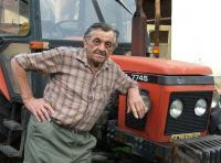 Jan Broj s traktorem v roce 2006