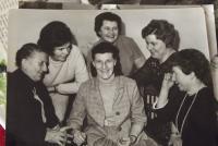 Emilie Frejová (uprostřed) se spolužačkami ze Sassnitz - v roce 1968 v Německu