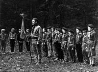 18. smečka vlčat, vedoucí Bronislav Malý. Skautský tábor v Jezírkách. 1970.