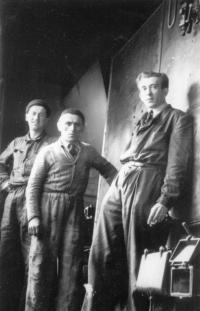 Jičín 10. 7. 1947: Zcela náhodná zakázka naší firmy z Jablonce. Já jsem v pozadí, montoval jsem rozvodné potrubí. Ve středu je montér dodavatele kotle a vlevo je kolega B. Novotný, montér zdravotní techniky.
