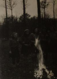 Činnost dívčího skautského oddílu, jehož členkou byla jeho žena Jarmila