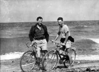 Vedl jsem pod firmou ČSTV skupinu 27 cyklistů okolo Německa; fotka je z roku 1961 na nejsevernějším bodě Německa-CAP ARKONA na Rujaně; se mnou je Joska Bučina, který byl po mě v Jičíně střediskovým skautským vedoucím