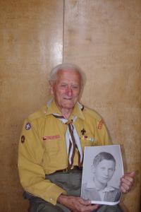 Stanislav Hylmar-Pirát při návštěvě 1. 8. 2012, vyfocen se svojí fotografií z dětství