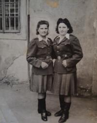 Naděžda Brůhová (vlevo), Libuše Maňhalová, Brandýs nad Labem, 20.7.1945