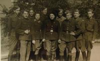 Naděžda Brůhová čtvrtá zleva, Josef Holec první zprava, 1945