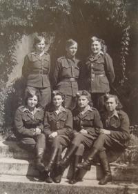 Skupina spojařek 2. dělostřeleckého pluku, Naděžda Brůhová sedící druhá zprava, květen 1945