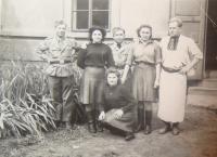 Naděžda Brůhová v podřepu, 1945
