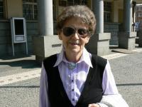 Anna Štichauerová před dveřmi do bývalého gestapa