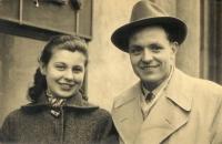 20. března 1958 – Jiří Blatný, bezprostředně po propuštění z vězení, navštívil svou snoubenku v Praze a nechali se společně vyfotografovat