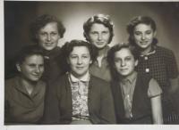 Eva Rosenfelderová (dole uprostřed) se spolužačkami
