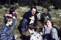 Janka (vlevo) se svým manželem a dětmi z oddílu
