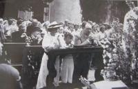 Boží tělo na nádvoří v Líšni. Otec Karel a matka Terezie se synem Richardem
