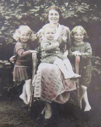 Matka Terezie a sourozenci pamětníka. Zleva Marie Terezie, Hugo a Ludvík