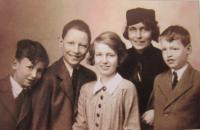 Matka Terezie s dětmi. Zleva Richard, Ludvík, Marie Terezie a Hugo