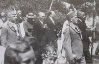 Otec pamětníka Karel Belcredi v průvodu Orlů (uprostřed zcela vpravo)