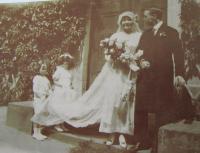 Svatební fotografie rodičů pamětníka Terezie a Karla před kaplí v Letovicích