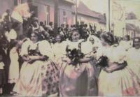 V průvodu o hodech, uprostřed matka pamětníka Terezie Belcredi, rozená Kálnoky