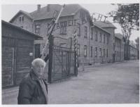 Prof. Radil na návštěvě Osvětimi v roce 2006
