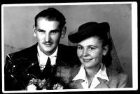 15. srpna 1946 vden svatby sVěrou, rozenou Větrovcovou, sníž se seznámil v armádě