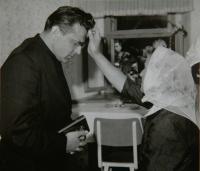 Požehnání matky na cestu před primicí v rodném domě v Zaluží, 30.6.1968