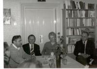 V roce 1971 na faře v Lažišti. Setkání s přáteli z Českých Budějovic s manželi Havlovými a s politikem Františkem Bendou